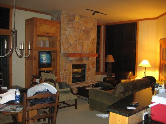 First Tracks Lodge: living room