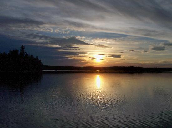 Errington's Wilderness Island Resort: Sunset on Wabatongushi Lake