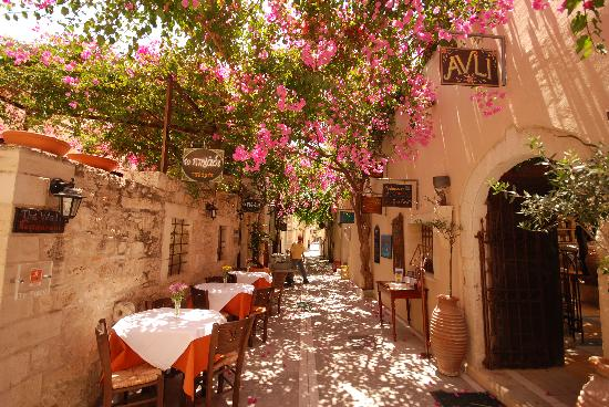 Rethymnon, Greece: Restaurants in every available space