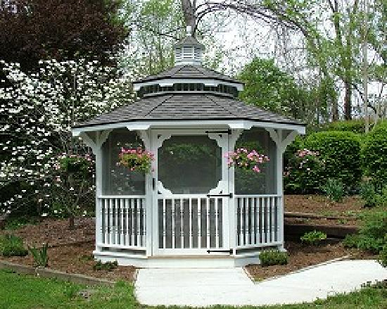 A Bed and Breakfast at Llewellyn Lodge: Gazebo on the Property. Great Place to have your morning coffee!