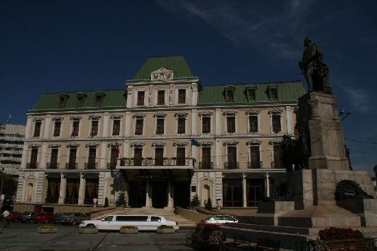 Astoria Hotel: Front des Hotel Traian an der Piata Unirii. Astoria liegt rechts um die Ecke im selben Komplex.