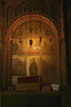 Astoria Hotel: Fresken im Innern der Kirche