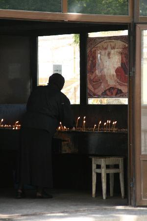 Astoria Hotel: Die Rumänien sind von ein gläubiges Volk. Kerzenhäuschen vor der Kirche