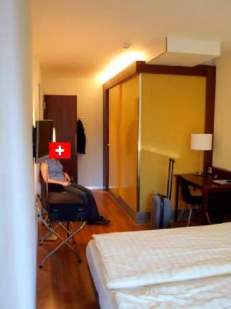 Hotel Goldener Schlussel : Standard refurbished room. Good finish.  The yellow glass is the shower and bathroom.