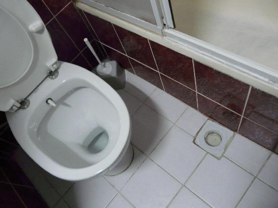 Santa Sophia Hotel: Suelo y falta de elementos de saneamiento