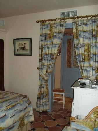 Hotel de Toiras: Bedroom and dressing room at Toiras