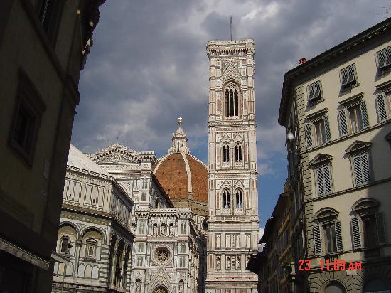Il Salotto di Firenze: Hotel is one block down on right