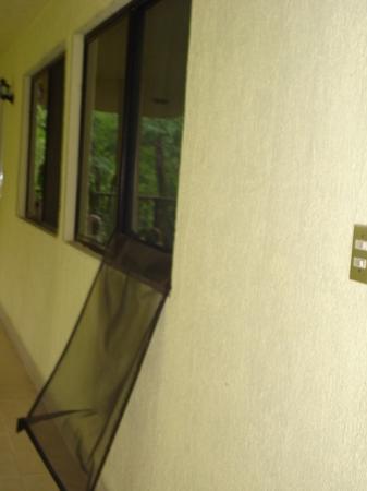 Hotel Parador Campestre Inn: VENTANA  DESTROSADA