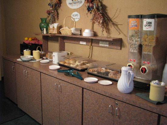 Super 8 Port Clinton: Breakfast bar, another view