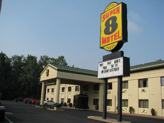 Super 8 Port Clinton : Sign advertising free WiFi and breakfast bar