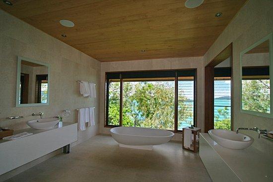 Qualia Resort: Large bethroom