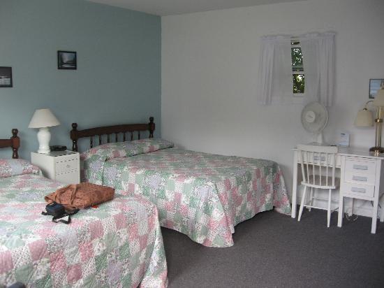 Merry's Motel: Inside the room.