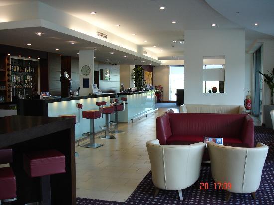 Holiday Inn Express Hamilton: Reception/bar/lounge area