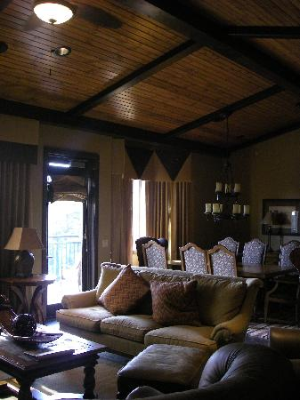 Glacier Canyon Lodge: Living/Dining Room