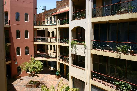 Carlton Clocktower Apartments: Courtyard