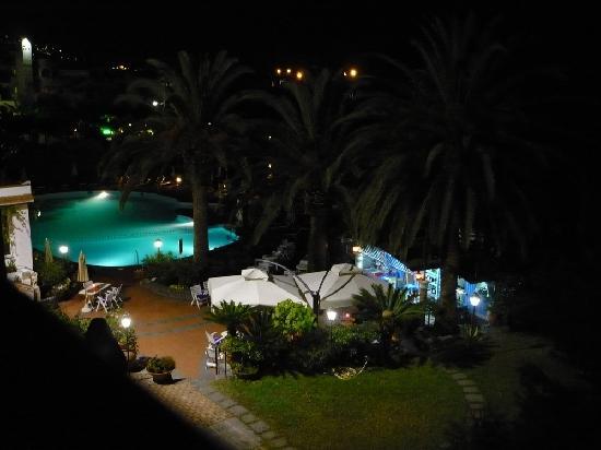 Arathena Rocks Hotel: di notte, bar e piscina