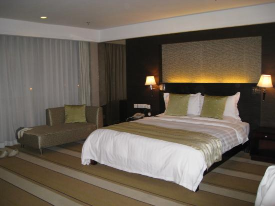 Urumqi Southern Airlines Pearl International Hotel: comfortable king size bed