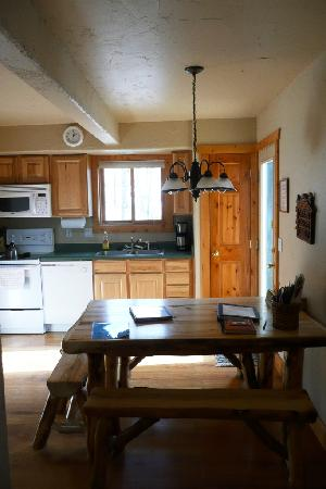 Pikes Peak Resort: Kitchen & dining table