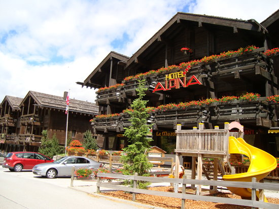 Hotel Alpina -Grimentz: Hotel and play area