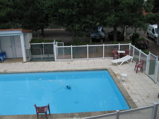 Quality Hotel Clermont Kennedy : The pool and car park - as from room 103.