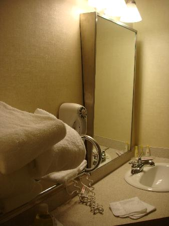 Days Inn & Suites Revelstoke: clean bathroom