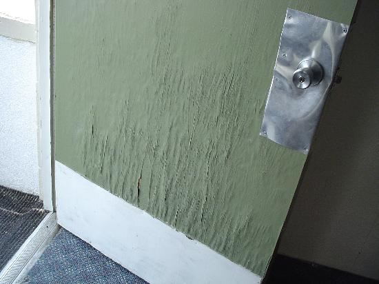 Summer Sands Motel: this is the rotted front door with homemade door handle