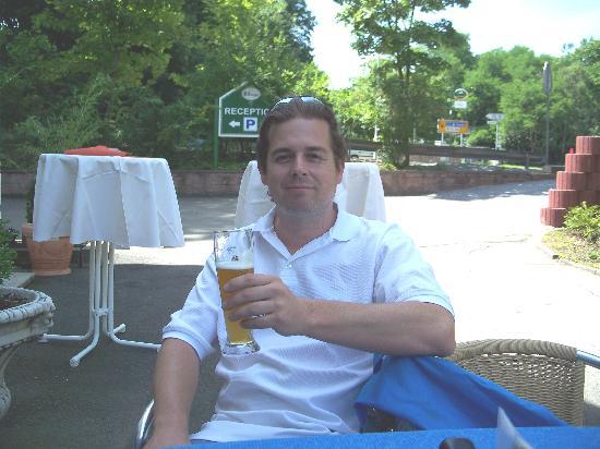 Hotel-Restaurant Barbarossahof: Having a Hefeweizen on the patio.