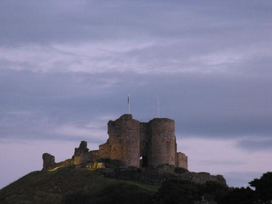 Caerwylan Hotel: Criccieth Castle at sunset