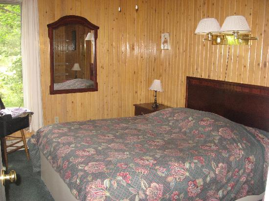 Four Seasons Retreat : bedroom