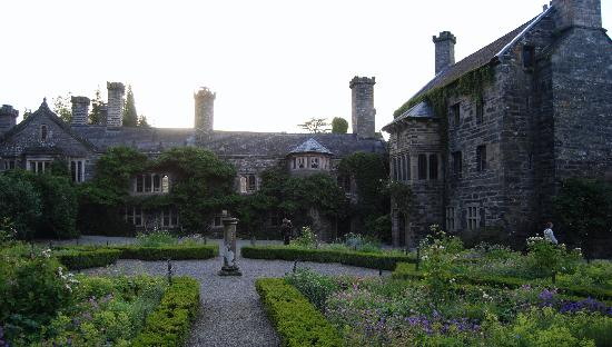 Gwydir Castle B&B: Gwydir Castle and Courtyard