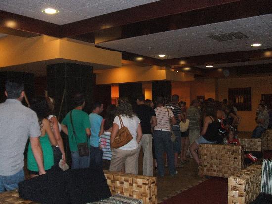 Best Alcazar Hotel: Cola para el comedor