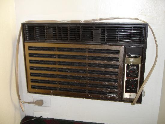 Hollister Inn: Antique wall-mounted a/c unit