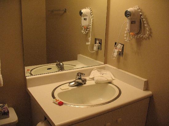 Super 8 Castlegar BC: Bathroom
