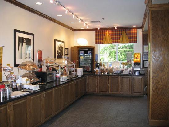 Hampton Inn and Suites Raleigh/Cary-I-40 (PNC Arena): breakfast bar