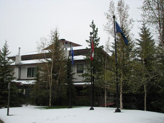 Delta Hotels by Marriott Kananaskis Lodge : Entrance to the Signature Club Building