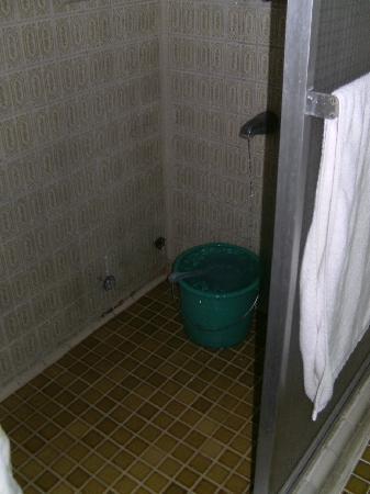 Belfranlt Hotel: Bath room leaking the wole night