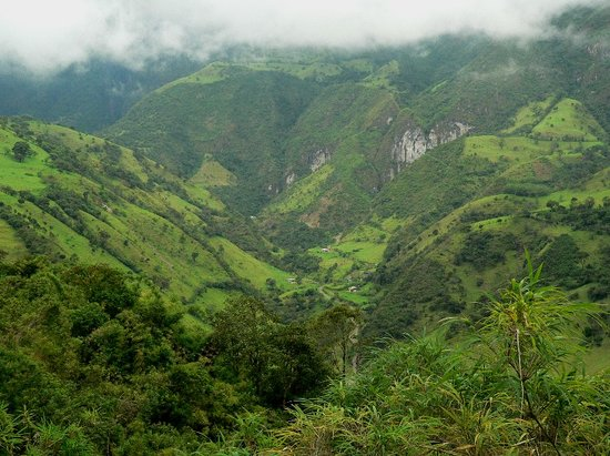 Equador: Verdant valley.