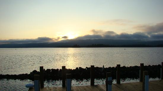 Diamond Cove Cottages: Sunrise over mountains off the dock