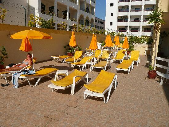 Calema Aparthotel: The sunbeds near the pool