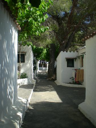 Cala Montjoi Holiday City: calle del complejo