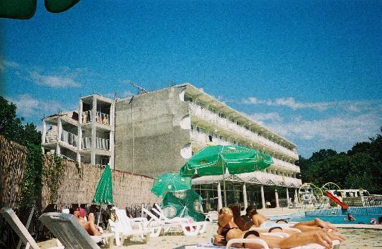 Hotel Dana Palace Park: facade horrible vu de la piscine