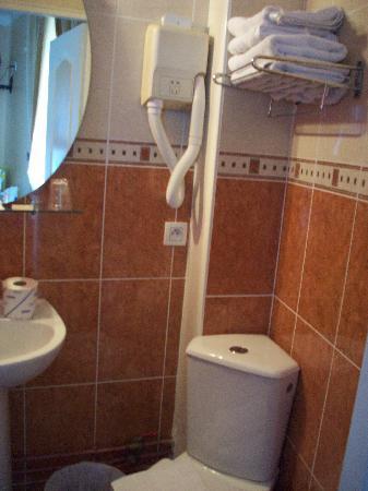 Hotel de Bellevue Paris Gare du Nord: La salle de douches avec lavabo et Wc.