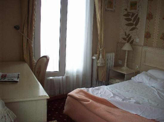 Hotel de Bellevue Paris Gare du Nord: La deuxième fenêtre, le lit et bureau