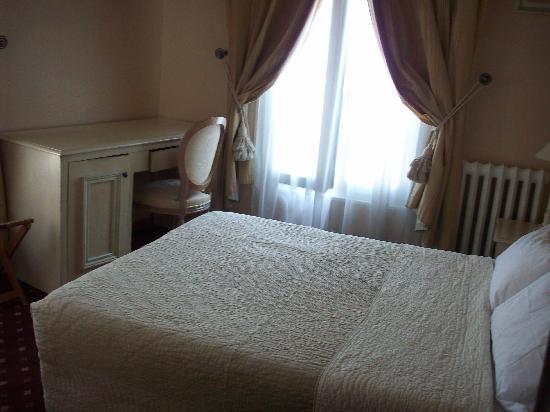 Hotel de Bellevue Paris Gare du Nord: Entrée avec le lit, la fenêtre (côté rue) et le bureau.