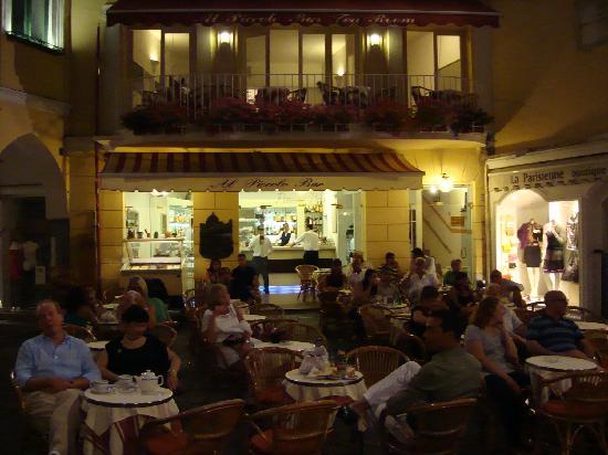 Al Piccolo Bar: The bar by night