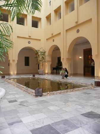 The Residence Tunis: Patio vers un des restaurants