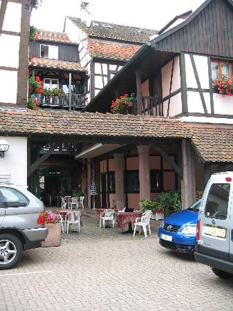 Hotel de la Tour - Ribeauville : The backyard with privat parking