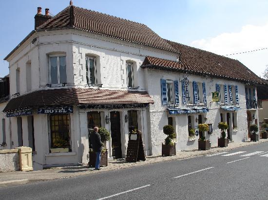 Montmort, France : Simple exterior, lovely restaurant