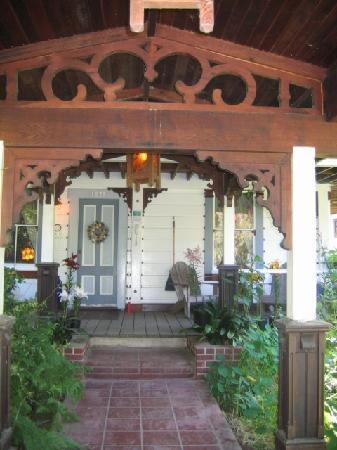 Howard Creek Ranch: Enter through the East gate to the main house and breakfast!