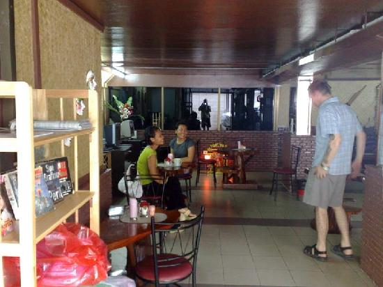 Som's Guesthouse : Jeremy saying good morning to 2 staff